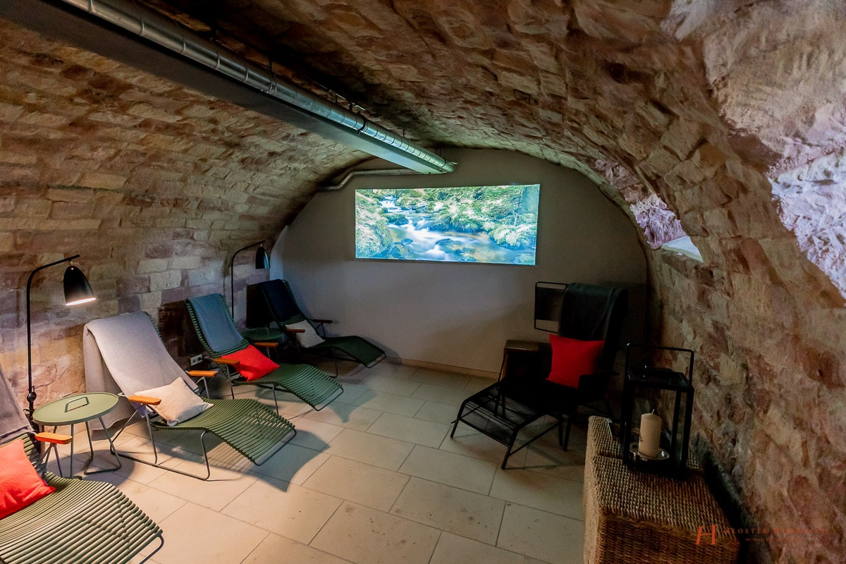 Erholung in Rheinland Pfalz - Wellness und Massage - Entspannung nach Wanderung - Sauna, Dampfbad, Wärmeliegen - Klostermauern - BadeLust Kloster Hornbach