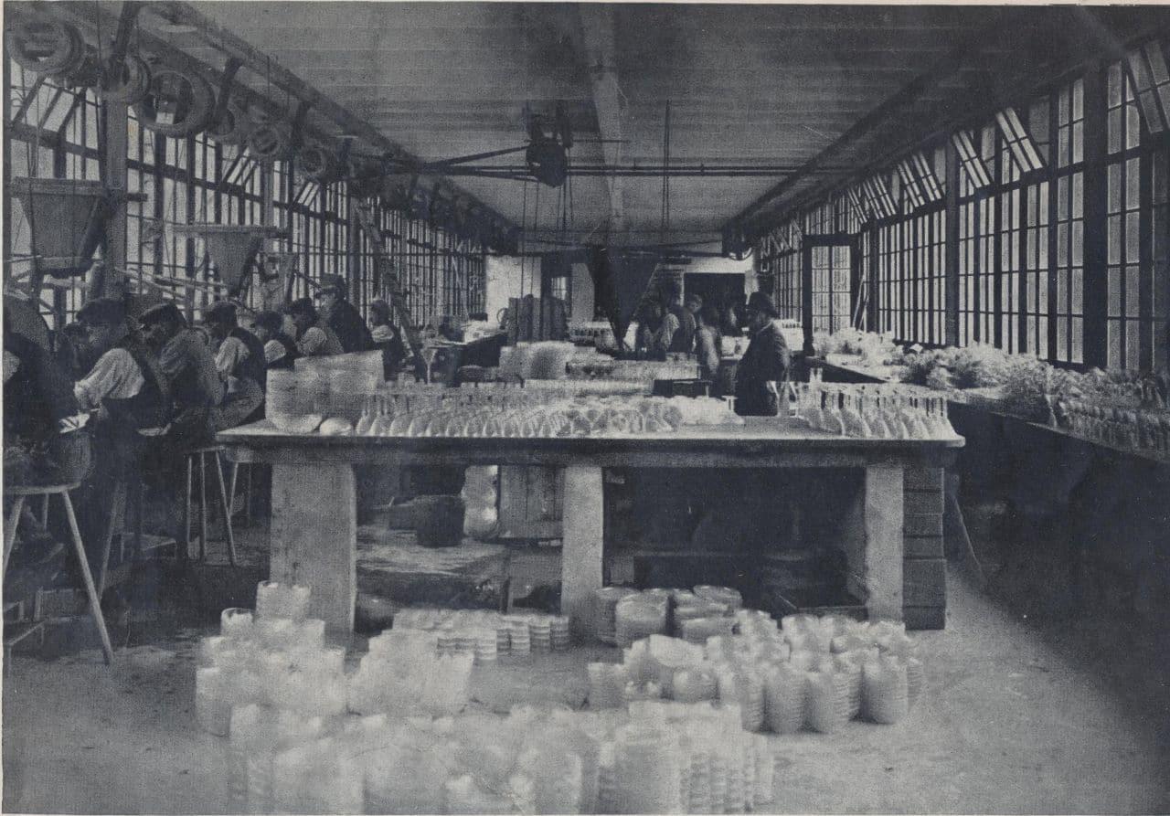 Foto aus dem Inneren der Manufaktur der Glashütte Hochberg 1925-c-Lalique-SAe-en-1925-c-Lalique-SA
