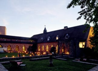 Außenansicht Hotel Kloster Hornbach am Abend