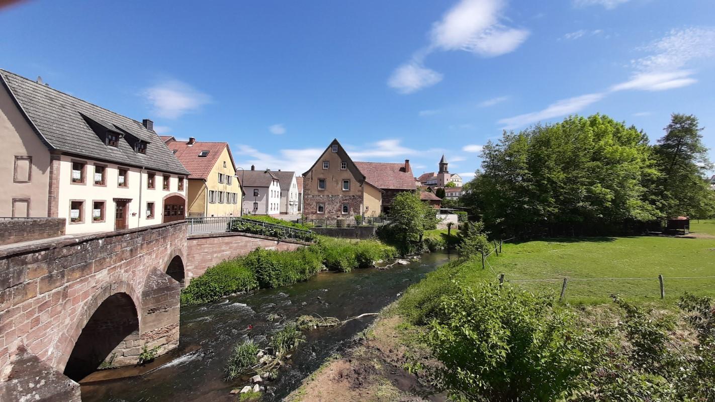 Unentdeckte Südwestpfalz: Klosterstadt Hornbach. Blick über die Schwalb auf die Stadt und Hotel Kloster Hornbach.