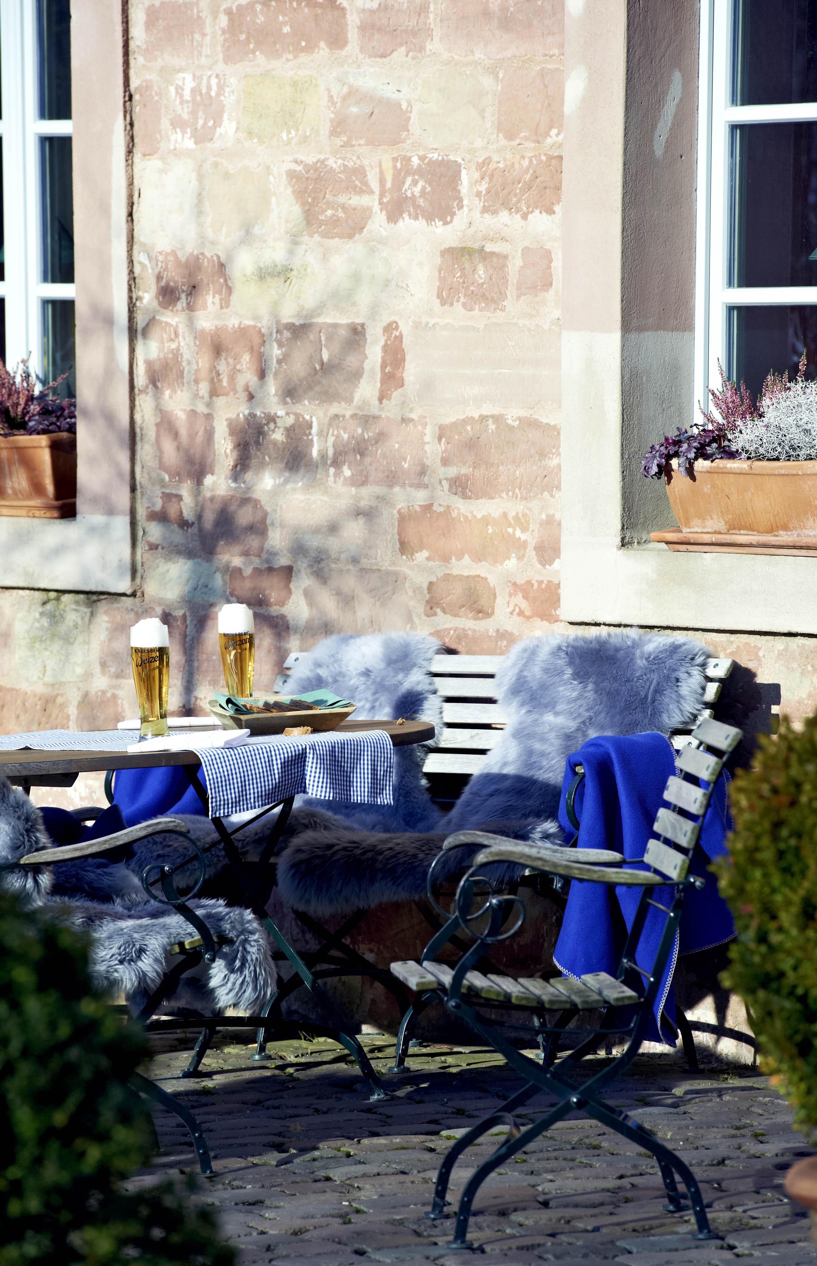 Im Biergarten des Hotel Kloster Hornbach lässt es herrlich mit Blick aufs Grün entspannen