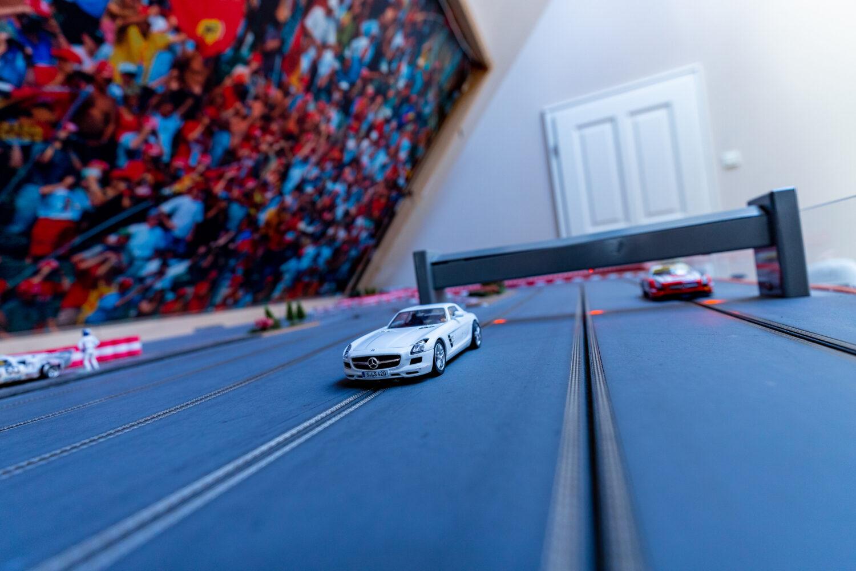 In der Suite Spielzimmer des LÖSCH für Freunde können sich Gäste auf der Autorennbahn in die Kurve legen