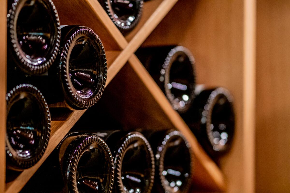 Rund 4.000 Flaschen edelster Weiß- und Rotweine lagern im Weinkeller des Hotel Kloster Hornbach