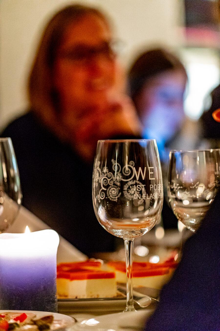 Ist der Wein erst einmal serviert, steigt die Stimmung bei der Weinverkostung im Hotel Kloster Hornbach