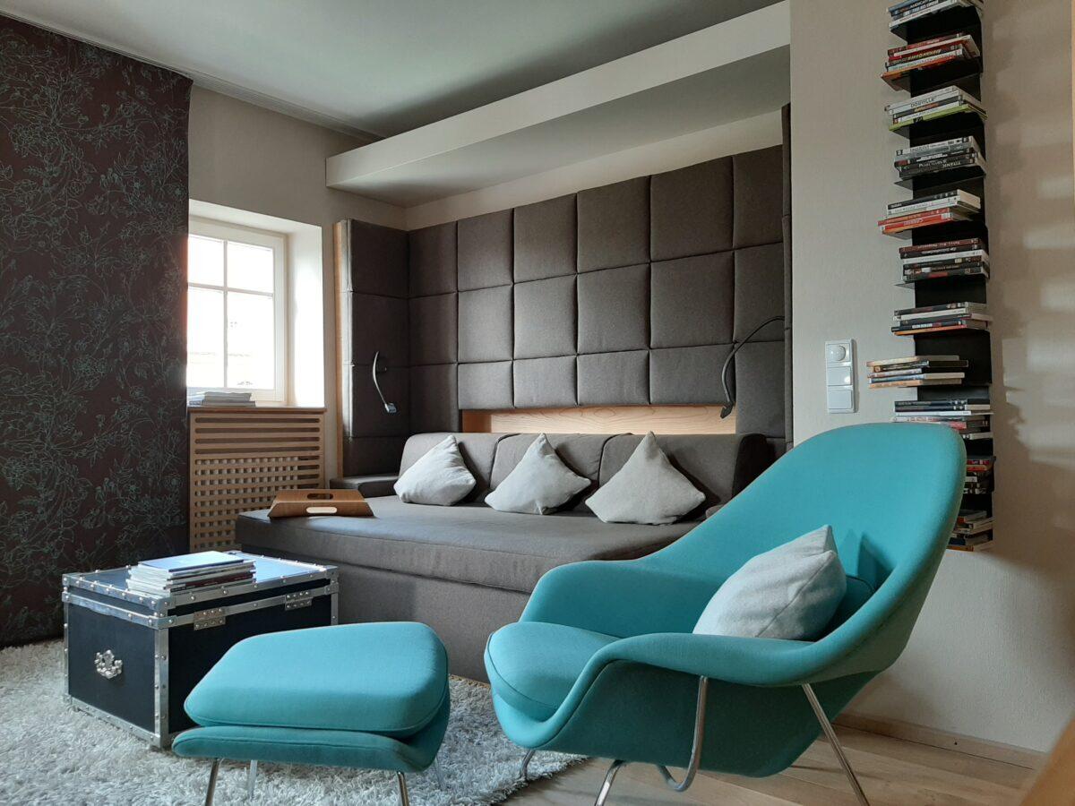 Hier wird jeder Actionthriller zur Kuschelpartie: Der supergemütliche, türkisfarbene Womb Chair Relax Sessel der Firma Knoll International in Junior Suite Traumfabrik des LÖSCH für Freunde.
