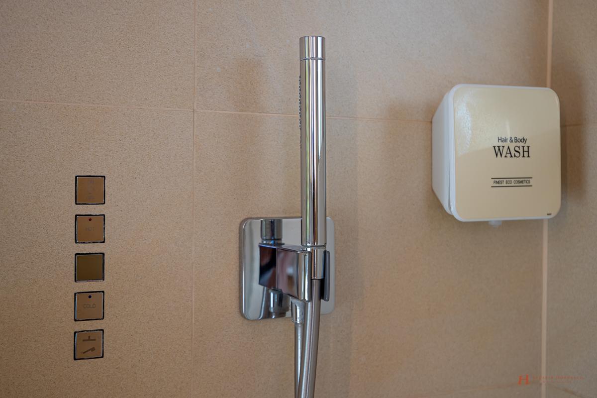 Luxuriös Duschen: die hochwertigen Axor Duschen mit Tellerkopfbrause von Hans Grohe mit Thermostatmodul zur genauen Regulierung der Duschtemperatur in den Bädern des LÖSCH für Freunde waren im Jahr 2011 ein absolutes Novum.