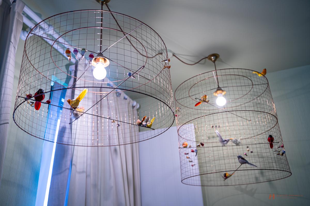 Filigrane Vogellampen entworfen vom Designer Mathieu Challières in der Gartensuite des LÖSCH für Freunde