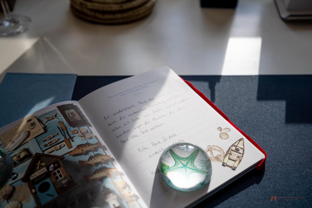 Im Doppelzimmer Land und Meer des LÖSCH für Freunde erinnert alles an die Nordsee - auch der Seestern-Briefbeschwerer