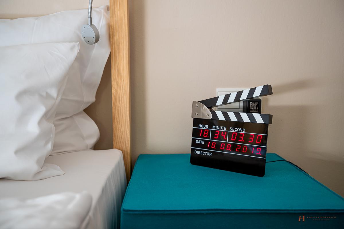 Eine Filmklappe als Wecker. ein verspieltes Detail der Junior Suite Traumfabrik im LÖSCH für Freunde
