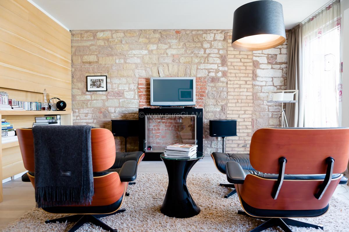 Musik auf die Ohren und dann im Sessel relaxen. Der Eames Lounge Chair und Ottoman findet sich gleich in zweifacher Ausführung in der Suite Musikzimmer.