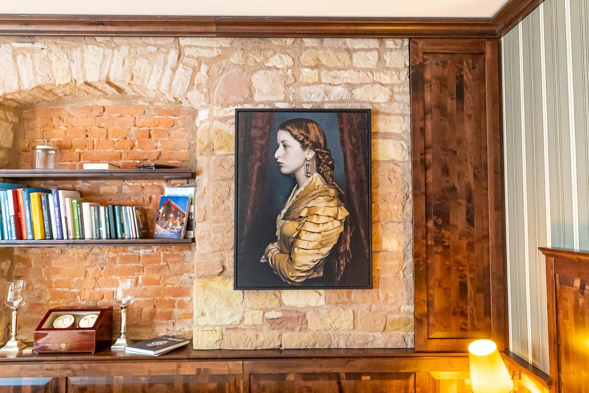 Lumas Bilder setzen im ganzen Haus Akzente wie hier in Doppelzimmer Konrads Salon des LÖSCH für Freunde.