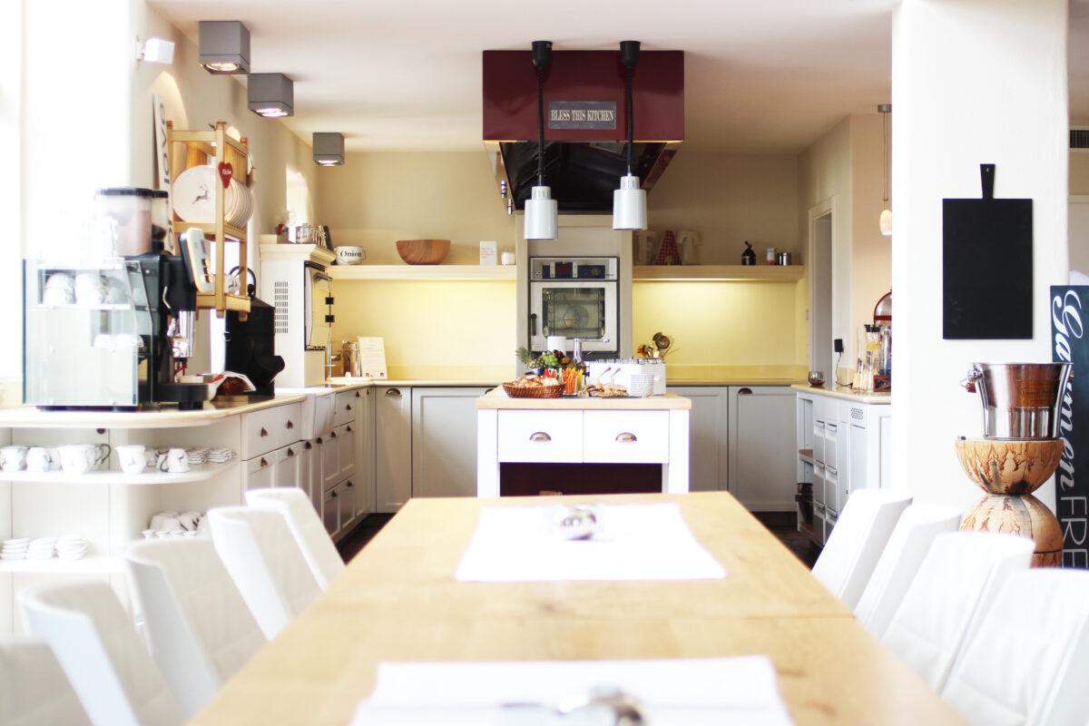 Blick in die offene Küche mit angeschlossenem Esszimmer im LÖSCH für Freunde.