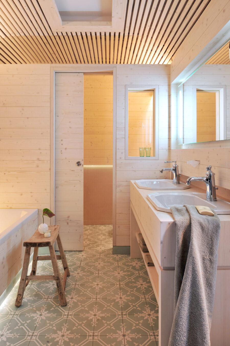 Das Bad der Gartensuite des LÖSCH für Freunde erinnert an den Bauwagen von Peter Lustig.
