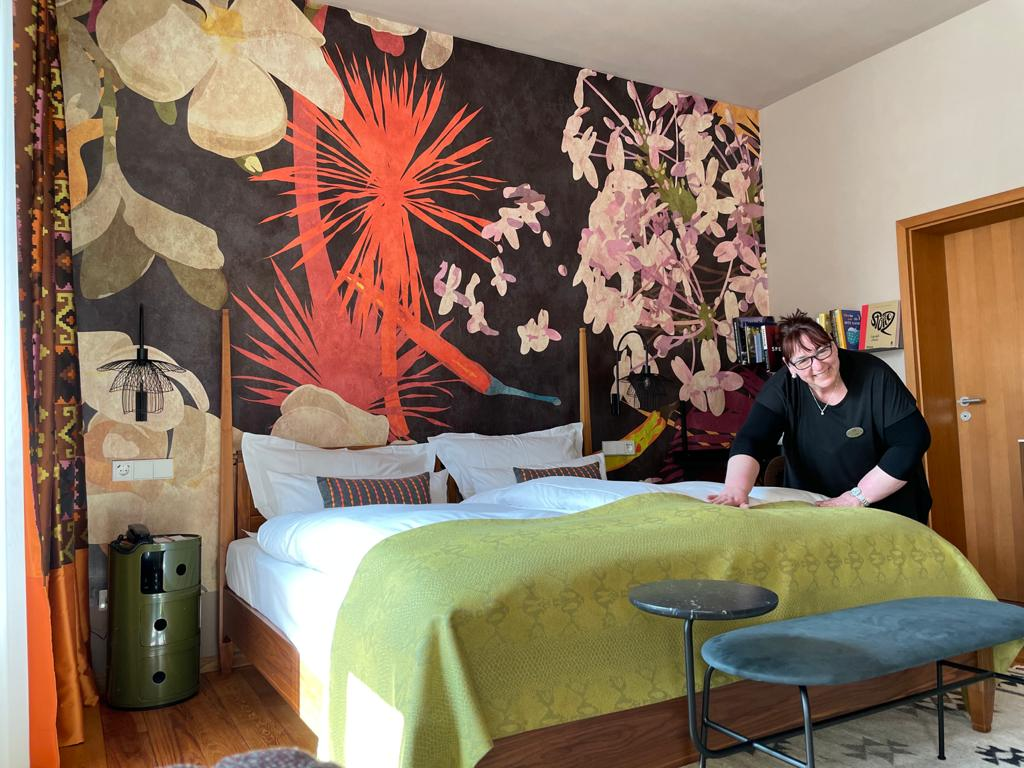 Unsere Hausdame Carmen in ihrem Lieblingszimmer im Hotel Kloster Hornbach